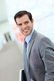 Ritratto di giovane uomo d'affari che sta nel corridoio Fotografia Stock Libera da Diritti