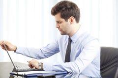 Ritratto di giovane uomo d'affari con il computer portatile Fotografie Stock Libere da Diritti