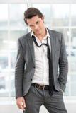 Ritratto di giovane uomo d'affari con il legame allentato Immagini Stock
