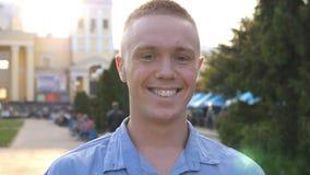 Ritratto di giovane uomo d'affari felice che guarda e che sorride nella macchina fotografica con le emozioni e le sensibilità Chi video d archivio