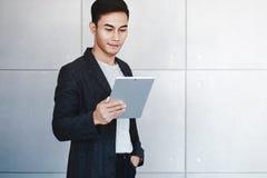 Ritratto di giovane uomo d'affari felice Using Digital Tablet fotografia stock libera da diritti