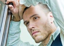 Ritratto di giovane uomo d'affari nello sforzo fotografia stock libera da diritti