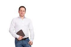 Ritratto di giovane uomo d'affari sorridente felice con la cartella marrone in sua mano, isolato su fondo bianco Fotografia Stock