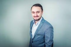 Ritratto di giovane uomo d'affari su fondo grigio Fotografia Stock Libera da Diritti