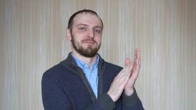 Ritratto di giovane uomo d'applauso barbuto stock footage
