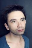 Ritratto di giovane uomo dagli occhi verdi con le setole sul suo fronte Immagine Stock Libera da Diritti