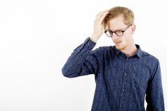 Ritratto di giovane uomo dai capelli rossi che ha un'emicrania Immagini Stock Libere da Diritti