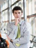 Ritratto di giovane uomo di affari all'ufficio moderno Fotografia Stock Libera da Diritti