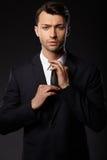 Ritratto di giovane uomo di affari Priorità bassa nera Fotografia Stock
