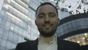 Ritratto di giovane uomo di affari sull'edificio per uffici stock footage