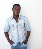 Ritratto di giovane uomo di colore attraente con le mani in tasca Fotografia Stock Libera da Diritti