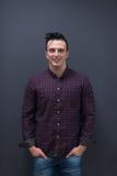 Ritratto di giovane uomo di giovane impresa in camicia di plaid Immagini Stock