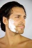 Ritratto di giovane uomo fresco con crema da barba fotografia stock