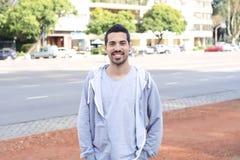 Ritratto di giovane uomo latino Scena urbana immagine stock