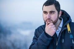 Ritratto di giovane uomo pensieroso premuroso fotografie stock