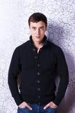 Ritratto di giovane uomo sexy in maglione Fotografie Stock