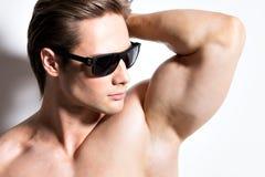 Ritratto di giovane uomo sexy muscolare in vetri Immagini Stock Libere da Diritti