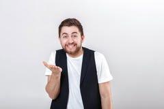 Ritratto di giovane uomo sorridente attraente in camicia bianca su fondo grigio Fotografia Stock Libera da Diritti