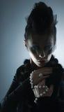 Ritratto di giovane vampiro femminile in vestiti scuri Fotografia Stock