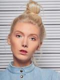 Ritratto di giovane wonam contro l'allineamento della prigione Fotografia Stock
