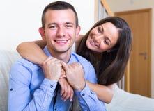 Ritratto di giovani coniugi felici a casa Fotografia Stock Libera da Diritti