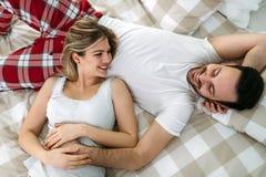 Ritratto di giovani coppie amorose in camera da letto immagini stock