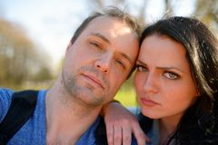 Ritratto di giovani coppie attraenti che hanno tomfoolery emozionale di divertimento insieme Immagine Stock