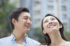 Ritratto di giovani coppie cinesi che stanno & che sorridono all'aperto in giardino Fotografia Stock Libera da Diritti