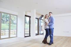 Ritratto di giovani coppie felici nella nuova casa immagini stock libere da diritti