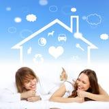 Giovani coppie nel bianco con i simboli del cuore Fotografia Stock Libera da Diritti