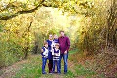 Ritratto di giovani genitori con tre bambini Madre, padre, due ragazzi dei fratelli di bambini e poca sorella sveglia del bambino immagini stock