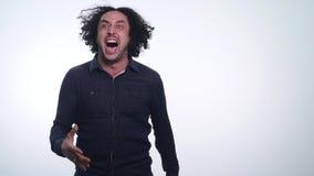 Ritratto di giovani grida arrabbiati dell'uomo isolati su fondo bianco Chiuda sul ritratto del giovane che grida Molto arrabbiato video d archivio