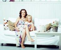 Ritratto di giovani madre e figlia sorridenti a casa, famiglia felice che si diverte insieme, concetto della gente di stile di vi immagini stock libere da diritti