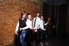 Ritratto di giovani musicisti d'avanguardia sopra un muro di mattoni Immagine Stock Libera da Diritti