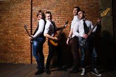 Ritratto di giovani musicisti d'avanguardia sopra un muro di mattoni Fotografie Stock Libere da Diritti