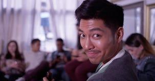 Ritratto di giovani sorridere e laughin asiatici bei dell'uomo dei pantaloni a vita bassa fotografia stock