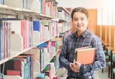 Ritratto di giovani sorriso e supporto dello studente con il libro Immagine Stock