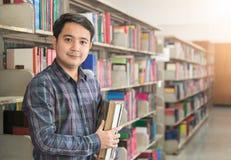 Ritratto di giovani sorriso e supporto dello studente con il libro Immagini Stock