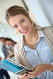 Ritratto di giovani studenti che tengono i libri Immagini Stock