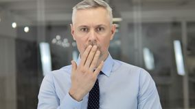 Ritratto di Grey Hair Businessman nella scossa, domandarsi intimorito video d archivio