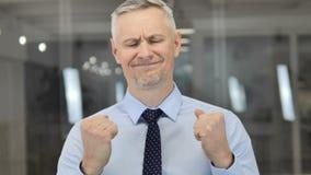 Ritratto di Grey Hair Businessman Reacting frustrato al disastro finanziario video d archivio