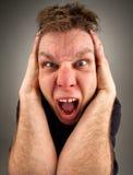Ritratto di grida dell'uomo bizzarro fotografie stock