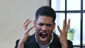 Ritratto di grida dell'uomo d'affari nero felice stock footage