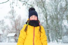 Ritratto di inverno della bambina con le trecce in rivestimento e cappello blu nell'inverno immagine stock libera da diritti