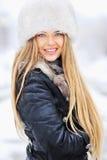 Ritratto di inverno della giovane donna in cappello di pelliccia Fotografia Stock
