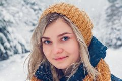 Ritratto di inverno della giovane donna Ritratto del primo piano della ragazza felice Esprimendo la positivit?, vero le emozioni  immagini stock