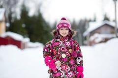 Ritratto di inverno della ragazza adorabile del bambino in ponticello Fotografia Stock