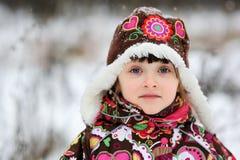Ritratto di inverno della ragazza del bambino in snowsuit Immagine Stock