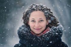 Ritratto di inverno della ragazza di bellezza con i fiocchi di neve di volo Fotografie Stock