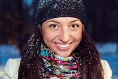 Ritratto di inverno di bella ragazza allegra Immagini Stock